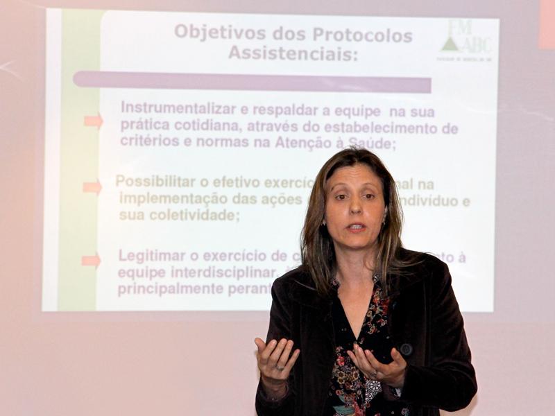 A professora do curso de Enfermagem da FMABC, Simone de Oliveira Camillo