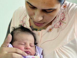Maria Vitória nasceu às 11h18 de cesárea e surpreendeu a família, que a aguardava para depois do dia 10