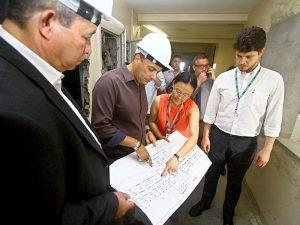 Atila Jacomussi durante vistoria às obras de reforma do Hospital Nardini